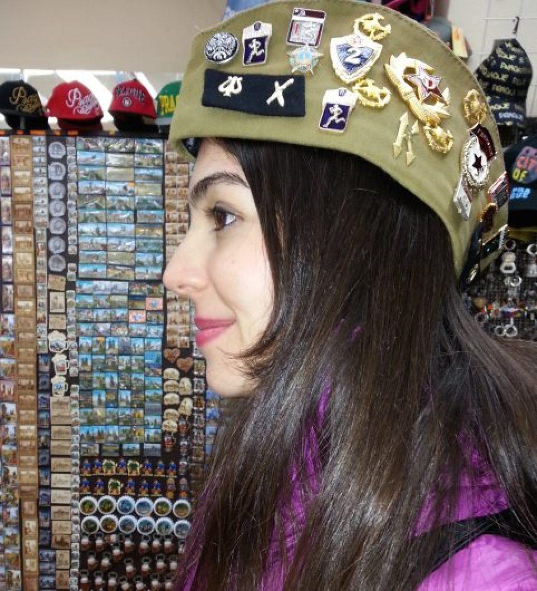 Bir Prag dükkanında denediğim Sovyet şapkası