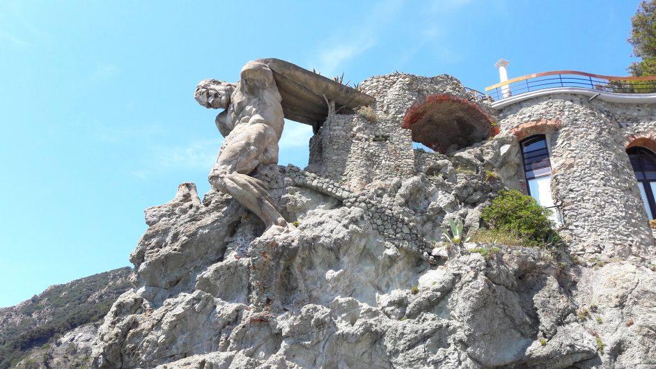 Neptün heykeli Monterosso'nun yeni şehir bölgesinde bulunuyor