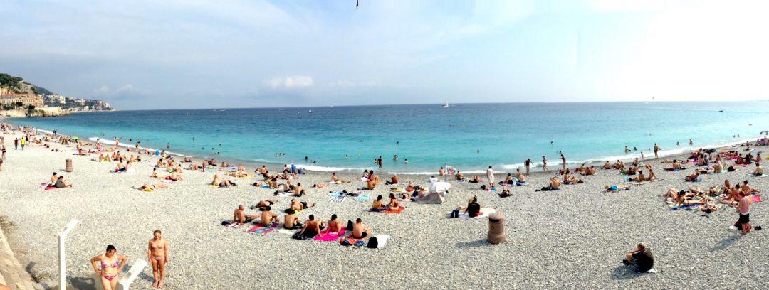 Nice Promenade des Anglais'in sol tarafında yer alan boylu boyunca kumsalda denizin keyfini çıkarabilirsiniz