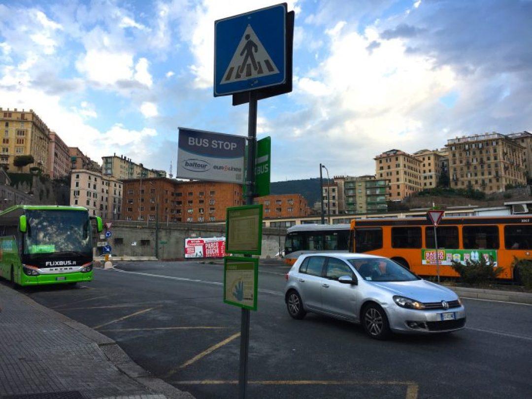 Cenova'da Flixbus'un kalktığı yer... Firmanın amblemlerinin bulunduğu yerde beklemeniz gerekiyor
