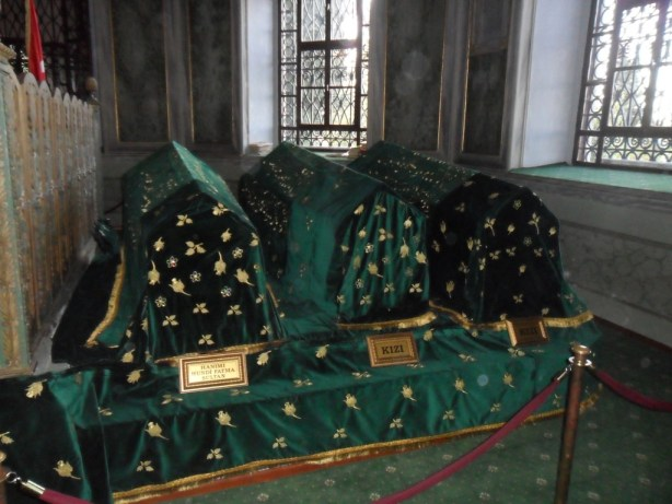 Emir Sultan Hanımı Hundi Fatma Sultan ve Kızları