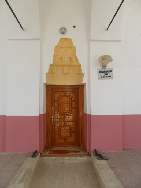 Hatice İsfendiyar Cami Giriş