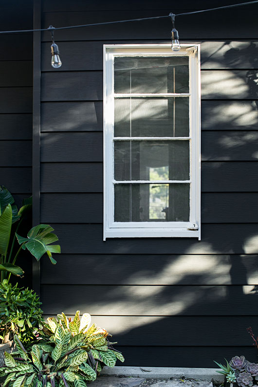 black exterior paint with white trim and string lights / sfgirlbybay