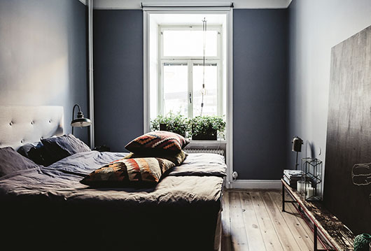 dark accent wall in modern bedroom / sfgirlbybay