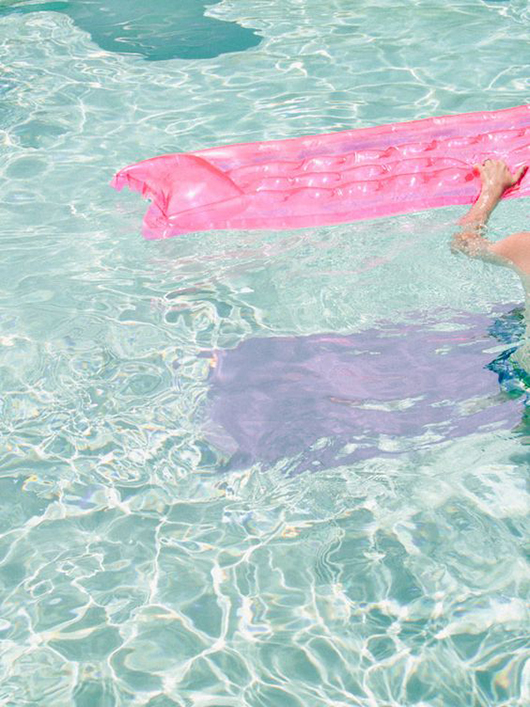 pink floatation device in swimming pool / @sfgirlbybay