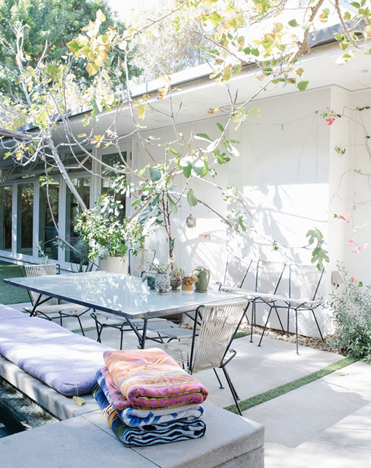 Liseanne Frankfurt's outdoor L.A. patio via coveteur. / sfgirlbybay