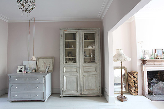 vintage furnishings in light locations home in queen's park, england. / sfgirlbybay