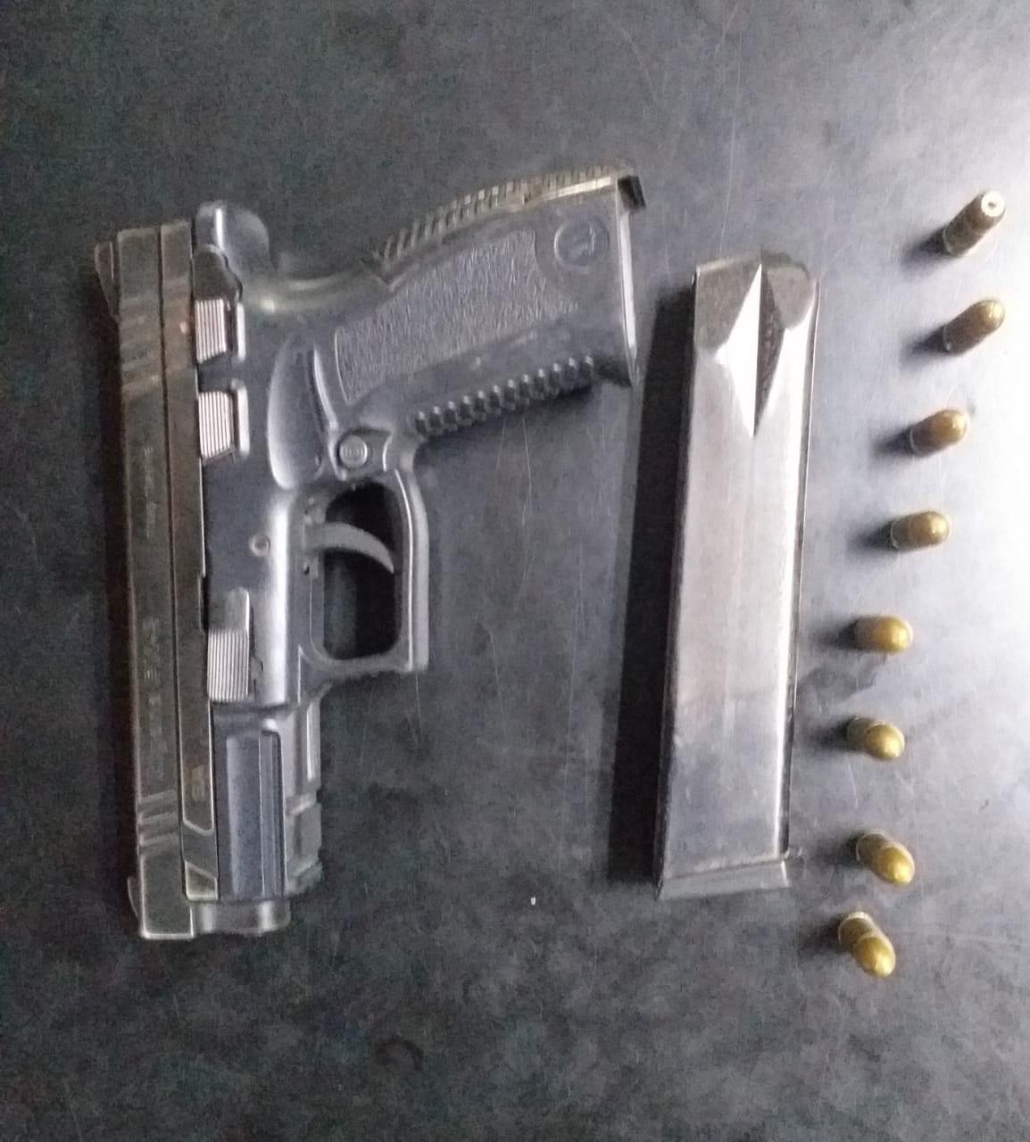 Pistola incautada sin licencia para su portación legal.