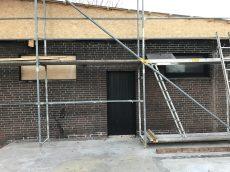 Unterverkleidung des Daches hin zum abgebrannten Gebäudeteil - Auf der freigeräumten Bodenplatte werden wir neu aufbauen.
