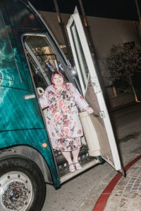 Ms. Clare sul bus del suo tour. – Julian Berman per il New York Times