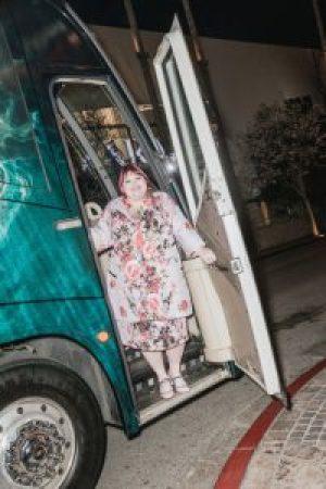 Ms. Clare sul bus del suo tour. – Julian Berman per il New York Times