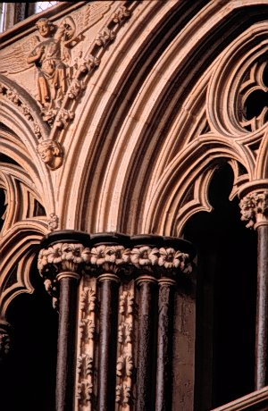 Lincoln_Cathedral_Angel_Choir_1255-80_south_detail_of_triforium