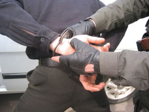 Остановили, заподозрив в сбыте наркотиков, а вдобавок обнаружили пистолет и гранату
