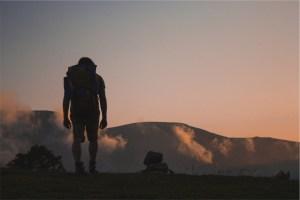 viagem de nuvens de manhã caminhante