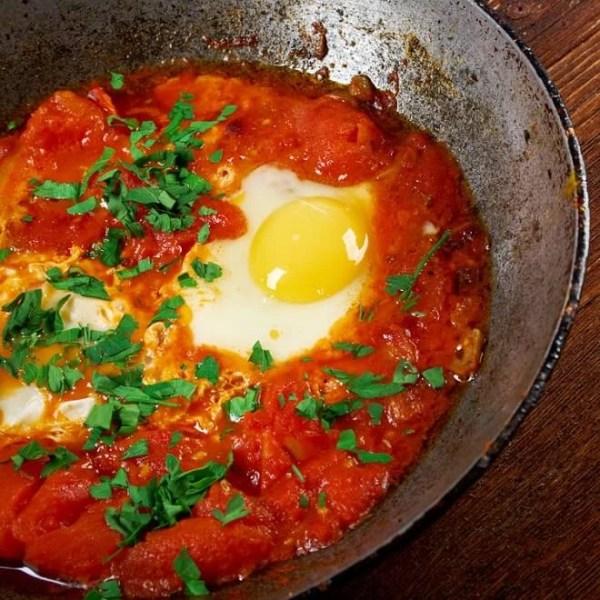 Αυγά καγιανά σε αβοκάντο τοστ: Η συνταγή του Σάκη Ρουβά που έγινε viral