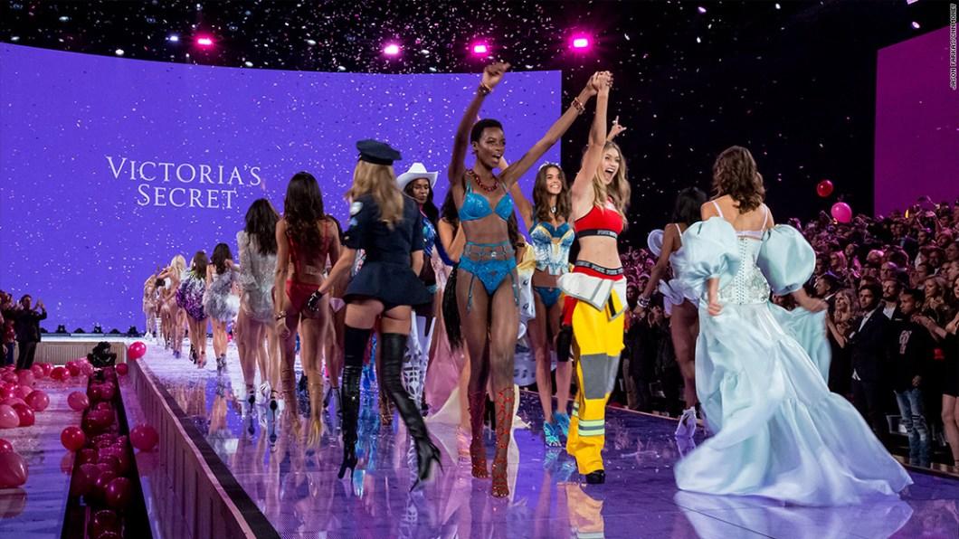 151113123303-2015-victorias-secret-fashion-show-29-1100x619