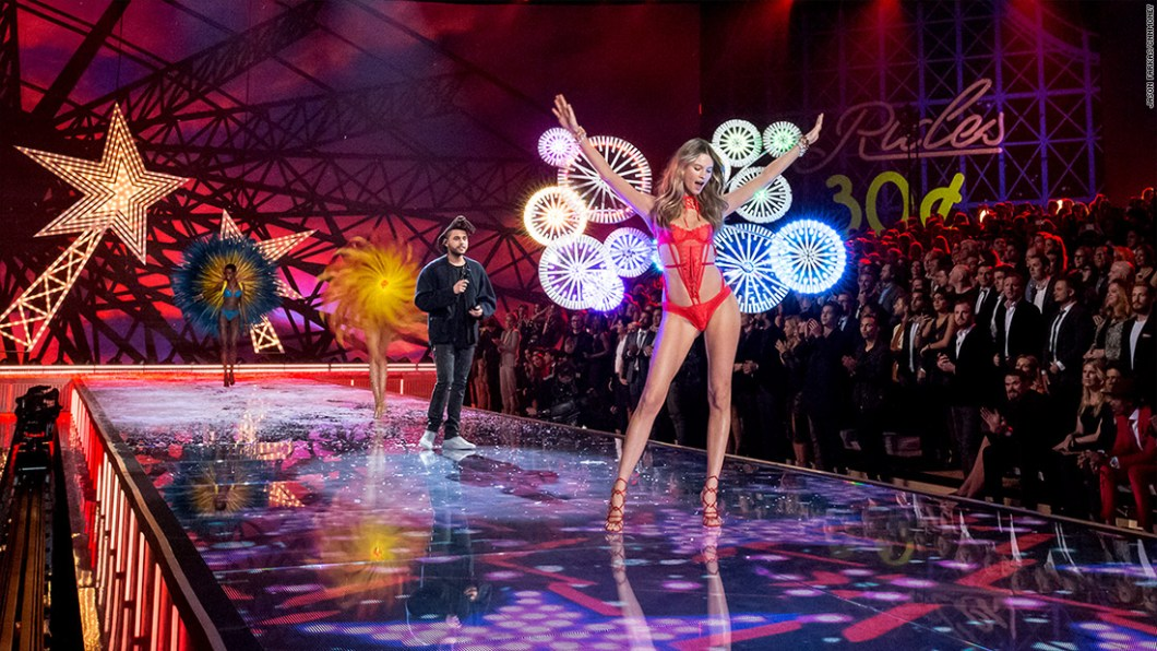 151113123453-2015-victorias-secret-fashion-show-24-1100x619