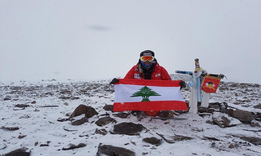 جويس عزام  إلى القمم  بالعلم اللبناني