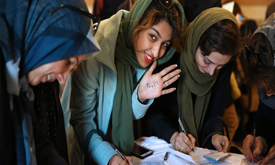 الرئيس الأيراني ينتقد قرار ملاحقة الفتيات لارتداء الحجاب في بلاده