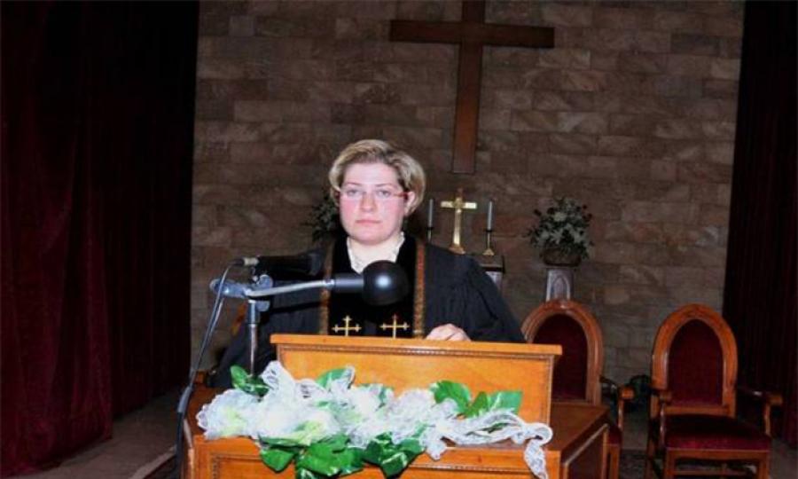 في خطوة غير مسبوقة…امرأة قسيسة إنجيلية في لبنان والشرق الأوسط