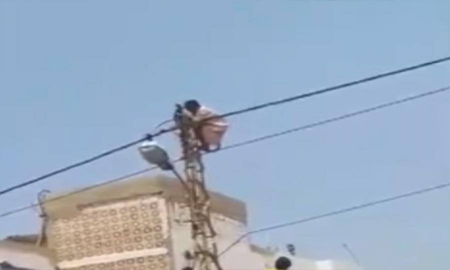 عاملة أثيوبية تتسلق عامود كهرباء هربا من كفيلتها في الشويفات