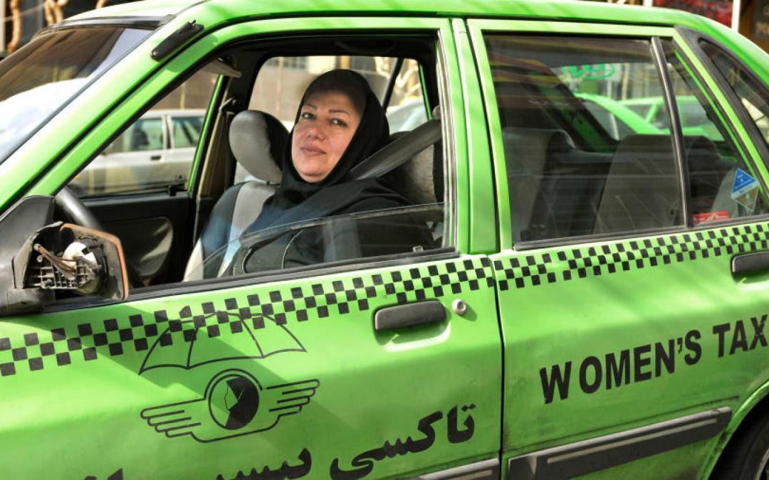 """وضع إيران الاقتصادي يجبر النساء على ممارسة أعمال """"ذكورية"""""""