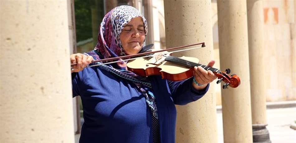 تركية في الستين من عمرها تحقق حلم طفولتها لتصبح عازفة كمان