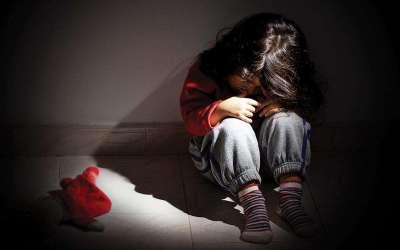 أب يتحرش بطفلته ابنة الـ4 أعوام في عكّار… وزوحته تدّعي عليه!