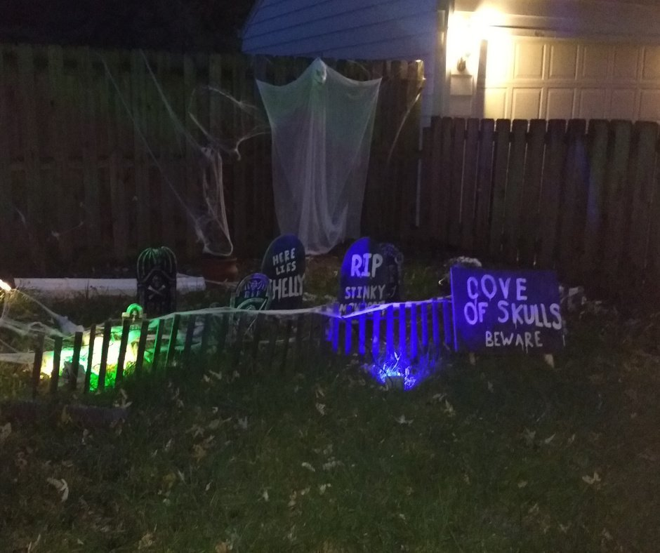 2017 Halloween decorating graveyard 1