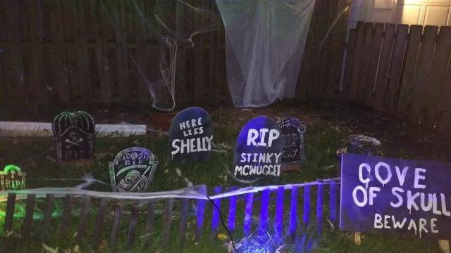 2017 Halloween decorating graveyard 2