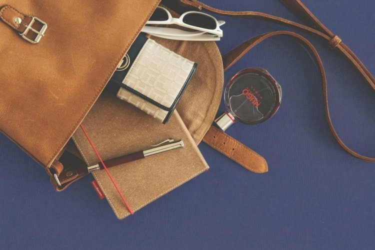 How to Organize Your Purse and Combat the Chaos For Good