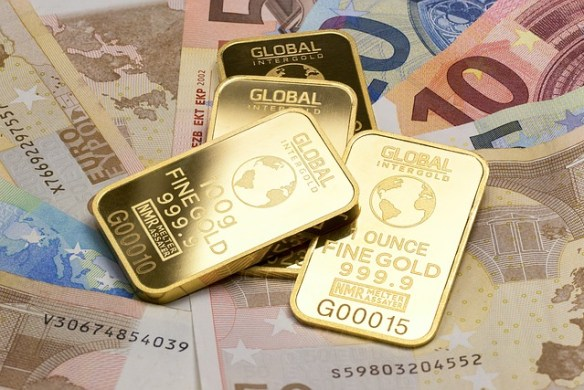 Fiat and commodity money