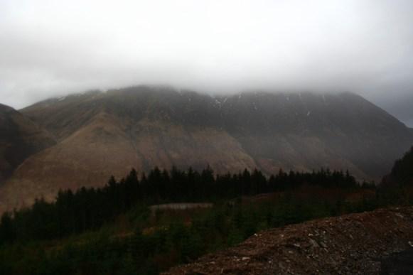 Hier wäre der mächtige Ben Nevis zu sehen, der mit 1344m höchste Berg Schottlands, wenn Wolken ihn nicht verdecken würden. Denkt euch den Rest.