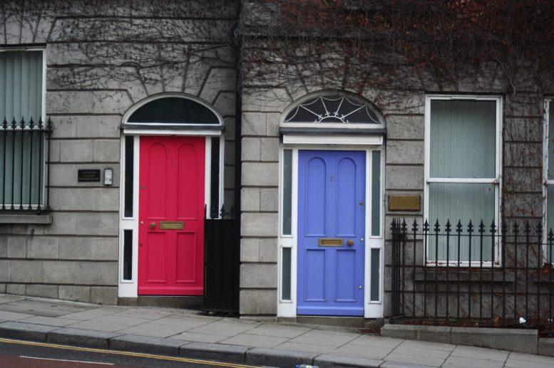Bunte Türen in der grauen Wintertristesse