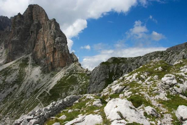 Mit Wiesenflecken übersäter Bergkamm