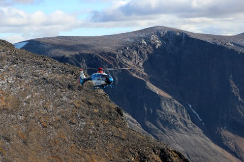 Alle 20 Minuten schweben Hubschrauber über einen hinweg, die die fauleren Menschen zum Kebnekaise bringen. In diesem Fall handelt es sich jedoch um einen zur Bergrettung ausgerückten Polizeihubschrauber