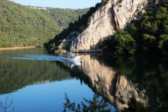 Der Fluss Krka entspringt am westlichen Fuß des Dinarischen Gebirges und mündet nach einer Strecke von 72,5km bei Sibenik ins Meer