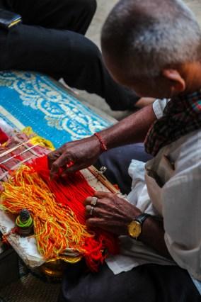 Segnung eines Mönchs mit Armbändern