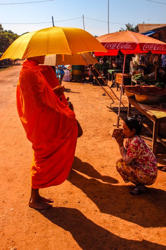 Mönche bei der morgendlichen Spendentour