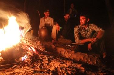 Abend am Feuer mit Reiswein und Geschichten