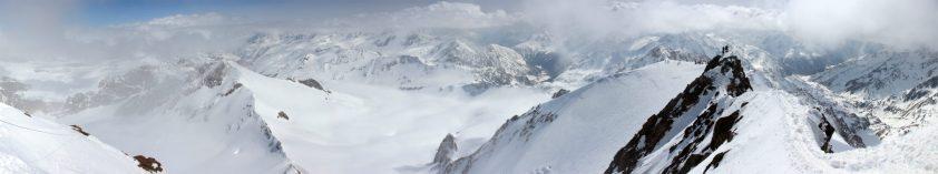 Aussicht von der Weißkugel über die Ötztaler Alpen und den soeben erklommenen Gipfelaufstieg