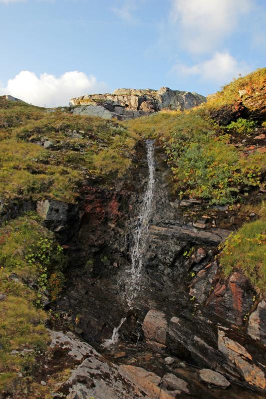 Kleiner Wasserfall am Wegesrand, Trinkwasser ist hier kein Problem