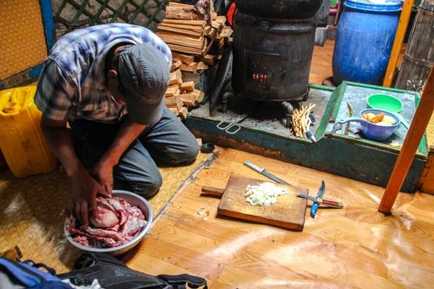 Vorbereitungen für das Mongolische Barbecue