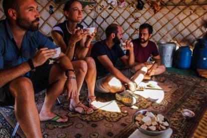 In Ulzis Jurte - Kamelmilchtee und getrocknete Milchkekse vom Kamel für alle