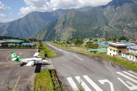 Flughafen Lukla - da die Rollbahn etwas zu kurz ist, führt sie aufwärts um das Bremsen zu beschleunigen