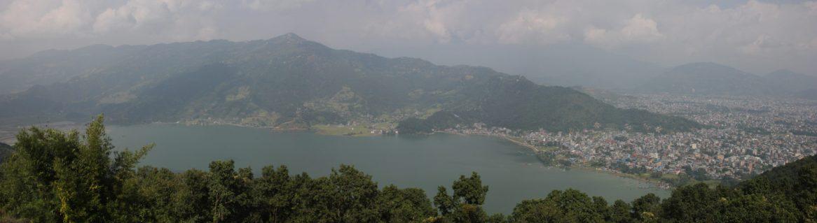 Blick über den Phewa Lake und Pokhara