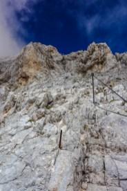 Hier und da helfen einem Seilversicherungen beim Klettern