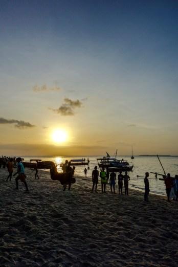 Junge Männer üben Saltos im Sonnenuntergang