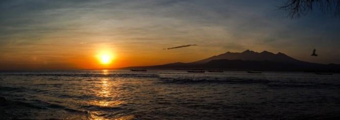Sonnenaufgang hinter dem Rinjani Vulkan