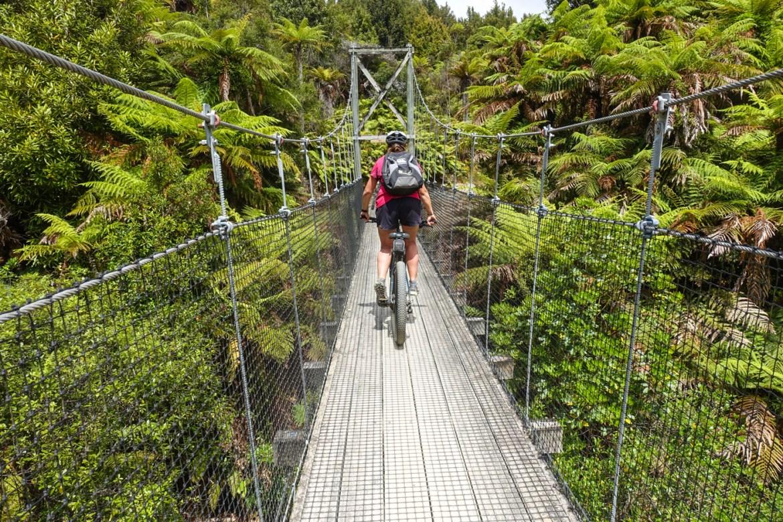 Radeln auf einer Hängebrücke